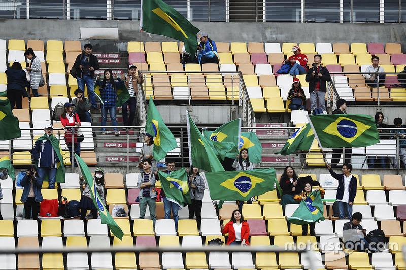 Китайські фанати з бразильськими прапорами