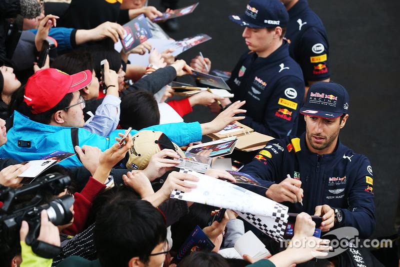 Daniel Ricciardo, Red Bull Racing, and Max Verstappen, Red Bull, firmar autógrafos para los aficionados