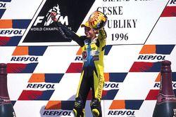 Valentino Rossi, Aprilia, fête sa victoire sur le podium