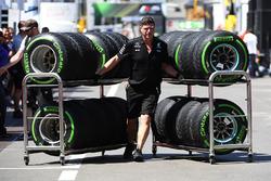 Meccanico Mercedes AMG F1 e pneumatici Pirelli