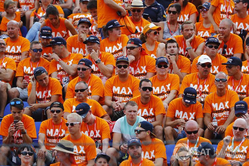 Een tribune vol teleurgestelde fans van Max Verstappen, Red Bull Racing, fans