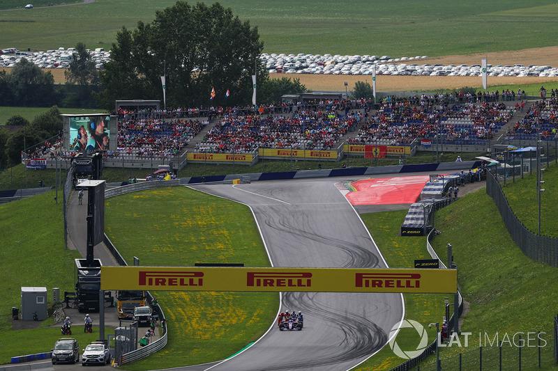 Carlos Sainz Jr., Scuderia Toro Rosso STR12 se detiene en el FP3 y es empujado por oficiales de pista