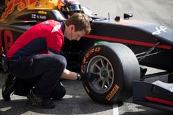 Un mécanicien vérifie les pneus Pirelli de Niko Kari, Arden International