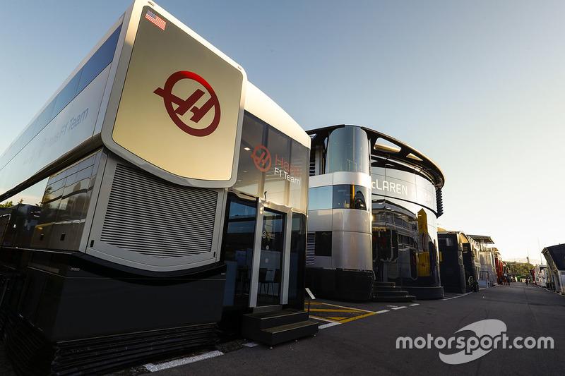 De motorhomes van Haas F1 Team en McLaren