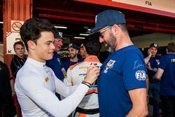 Nyck De Vries, Rapax firma una camiseta de voluntarios de la FIA
