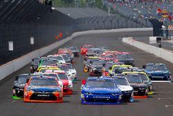 Elliott Sadler, JR Motorsports Chevrolet and Erik Jones, Joe Gibbs Racing Toyotagreen flag start