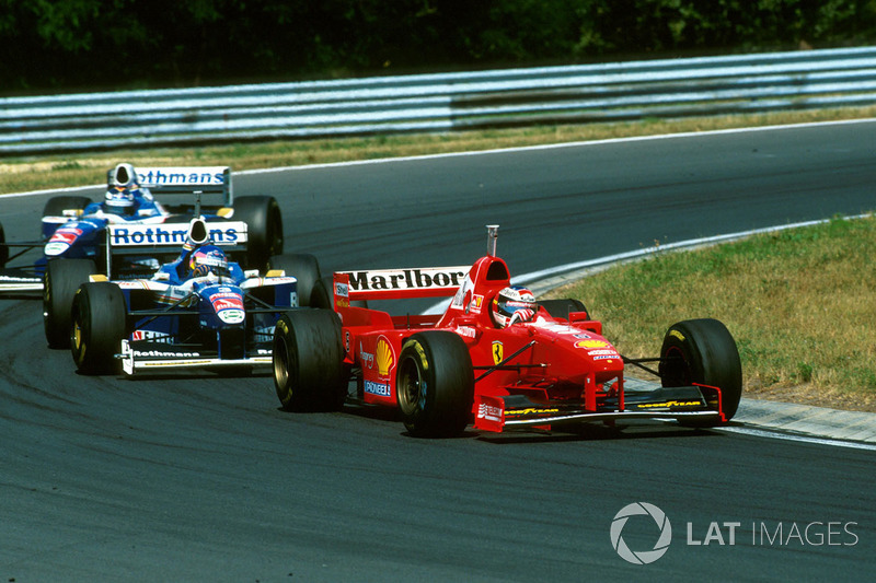Michael Schumacher, Ferrari F310B devant Jacques Villeneuve, Williams