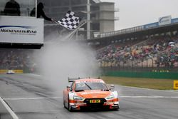 Bandera a cuadros para Jamie Green, Audi Sport Team Rosberg
