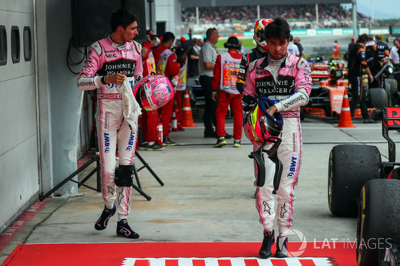 Esteban Ocon y Sergio Perez, Sahara Force India, en el parque cerrado