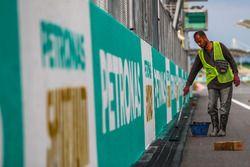 Trabajador de pista pinturas marca Petronas
