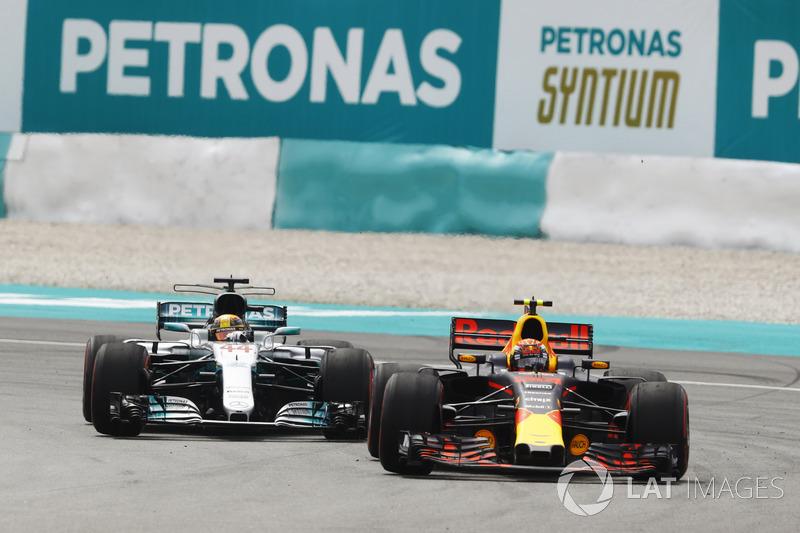 Max Verstappen, Red Bull Racing RB13, Lewis Hamilton, Mercedes AMG F1 W08'i liderlik için geçiyor