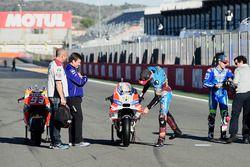 Jack Miller, Estrella Galicia 0,0 Marc VDS, looking at the Ducati bike