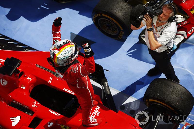 Sebastian Vettel, Ferrari, viene ripreso mentre festeggia la vittoria nel parco chiuso