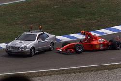 Michael Schumacher, Ferrari F2001, esce dalla sua monoposto guasta