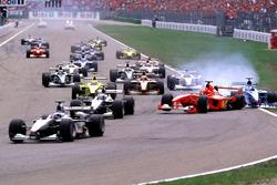 Start, crash van Michael Schumacher, Ferrari F1 2000 en Giancarlo Fisichella, Benetton Playlife B200