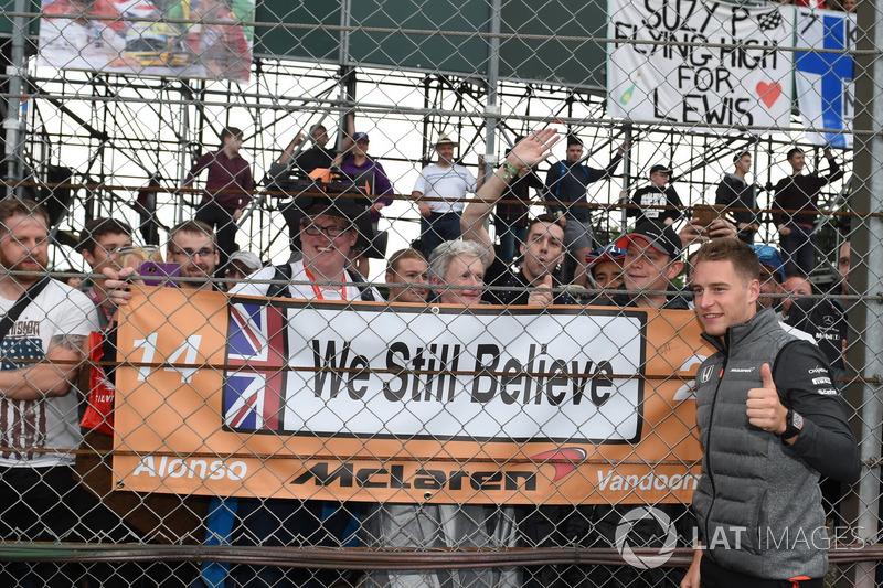Stoffel Vandoorne, McLaren and fans, banners