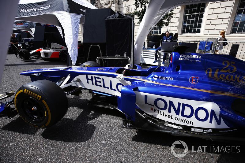 """El Sauber Formula 1 team muestra un mensaje de """"Hola Londres"""" en el lado de su coche"""