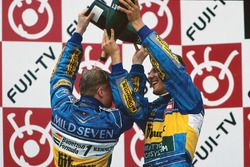Podio: il vincitore Michael Schumacher, Benetton, il terzo classificato Johnny Herbert, Benetton