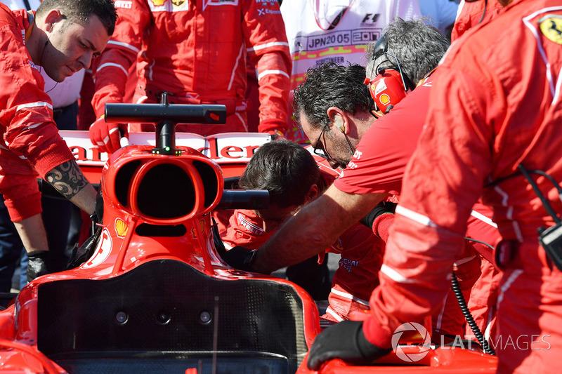 Les mécaniciens Ferrari travaillent sur la voiture de Sebastian Vettel, Ferrari SF70H
