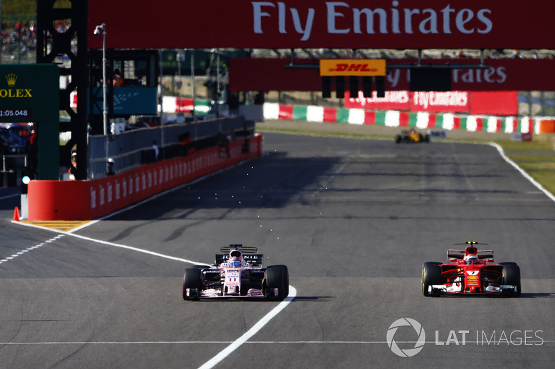 Kimi Raikkonen, Ferrari SF70H, lotta con Sergio Perez, Sahara Force India F1 VJM10