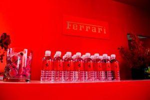 Des bouteilles d'eau Ferrari dans l'hospitalité Ferrari
