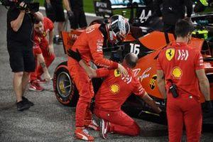 Charles Leclerc, Ferrari, festeggia la pole con i suoi meccanici