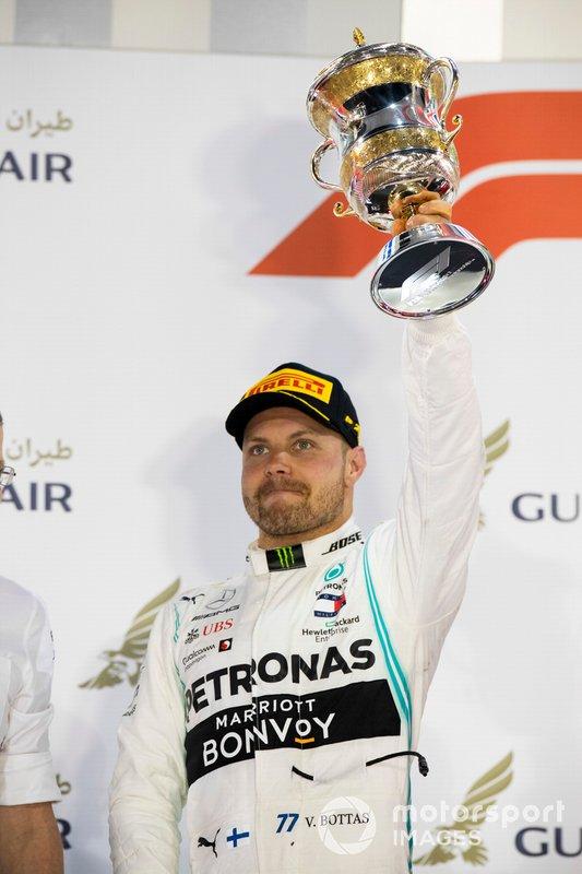 Valtteri Bottas, Mercedes AMG F1, secondo, con il suo trofeo