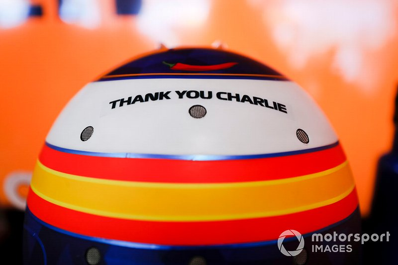 Carlos Sainz homenajea a Charlie Whiting en su casco