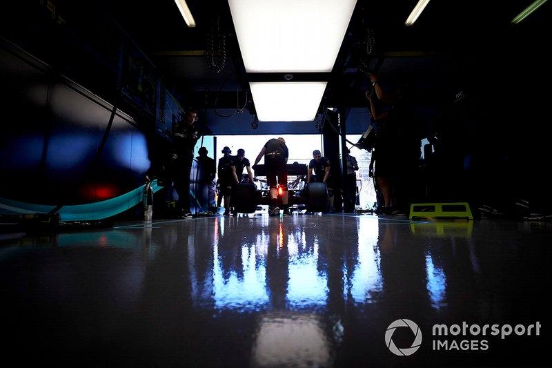 Los mecánicos de Mercedes devuelven un coche al garaje