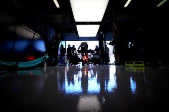 Механики Mercedes закатывают машину в гараж