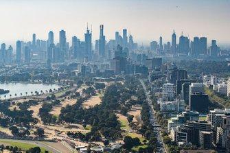 Une vue aérienne du circuit et de la ville