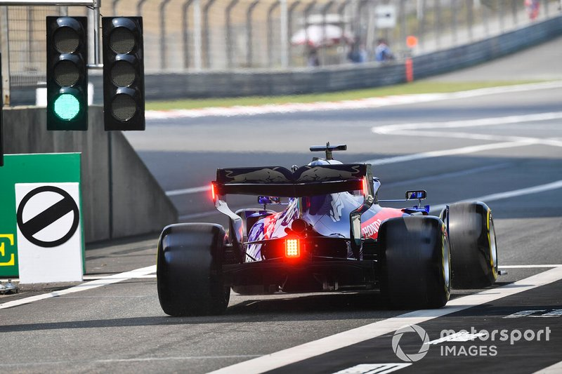 Daniil Kvyat, Toro Rosso STR14, leaves the pit lane