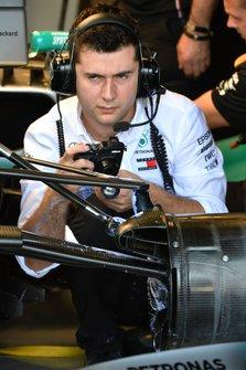 Un mécanicien Mercedes travaille avec une caméra dans le garage
