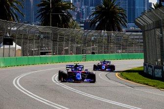 Alexander Albon, Toro Rosso STR14, leads Daniil Kvyat, Toro Roso STR14