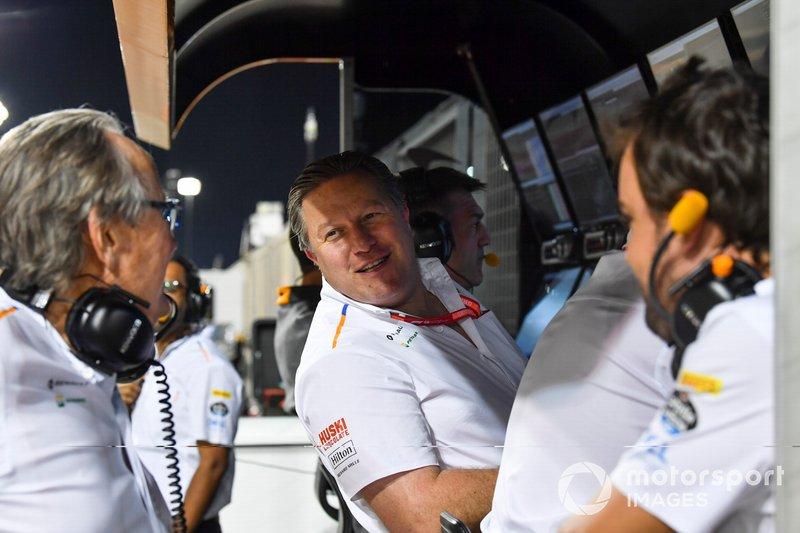 Mansour Ojjeh, copropietario, McLaren, Zak Brown, Director Ejecutivo de McLaren, y Fernando Alonso en la pared del tajo de McLaren durante la calificación