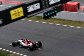 Kimi Raikkonen, Alfa Romeo Racing C38, fait des étincelles