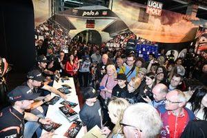 Marcel Schrotter, Intact GP, Thomas Luthi, Intact GP, Jesko Raffin, Intact GP geben Autogramme für die Fans.