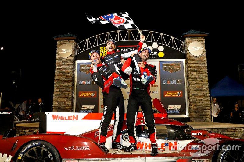 """Felipe Nasr e Pipo Derani venceram as 12 Horas de Sebring e celebraram como nunca. """"Estou muito feliz, gostaria de agradecer à equipe por uma execução perfeita hoje. Conseguimos estar na liderança na quarta hora, na oitava e, obviamente, no final. Estou sem palavras sobre como essa corrida aconteceu. Tudo foi perfeito, do começo ao fim"""", disse Pipo, que venceu esta prova pela terceira vez em quatro anos."""