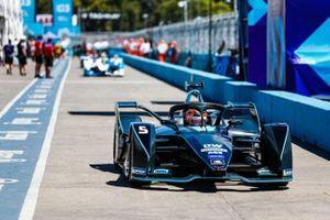 Stoffel Vandoorne, HWA Racelab, VFE-05, conduce por el carril de boxes