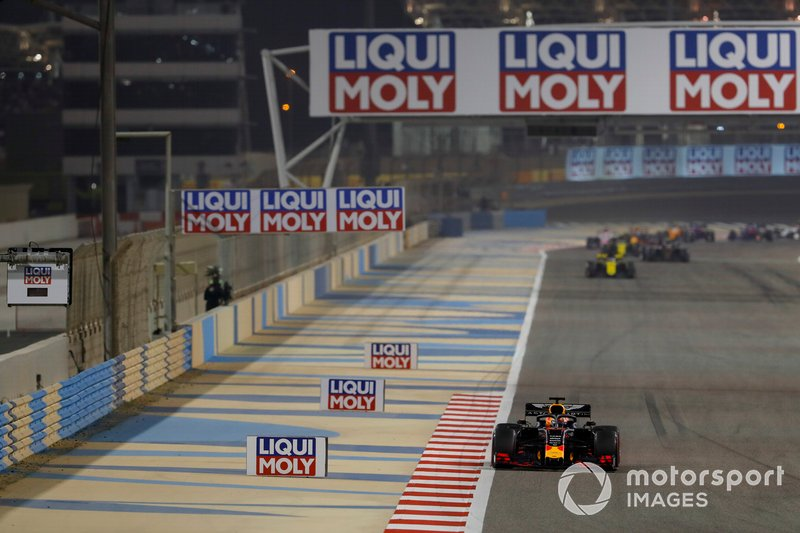 Max Verstappen, Red Bull Racing RB15, y Daniel Ricciardo, Renault R.S.19
