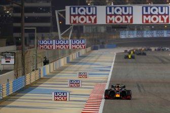 Max Verstappen, Red Bull Racing RB15, devant Daniel Ricciardo, Renault R.S.19