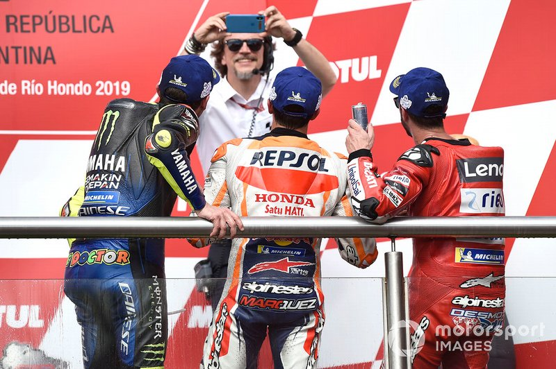 Подіум: друге місце Валентино Россі, Yamaha Factory Racing, переможець гонки Марк Маркес, Repsol Honda Team, третє місце Андреа Довіціозо, Ducati Team