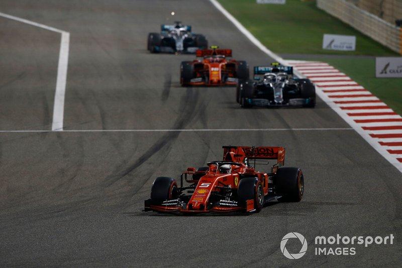 Sebastian Vettel, Ferrari SF90, precede Valtteri Bottas, Mercedes AMG W10, Charles Leclerc, Ferrari SF90, e Lewis Hamilton, Mercedes AMG F1 W10