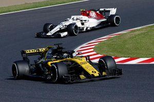 Nico Hulkenberg, Renault Sport F1 Team R.S. 18 devant Charles Leclerc, Sauber C37
