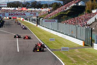 Max Verstappen, Red Bull Racing RB14, voor Sebastian Vettel, Ferrari SF71H, Kimi Raikkonen, Ferrari SF71H, en Romain Grosjean, Haas F1 Team VF-18