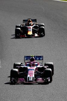 Esteban Ocon, Racing Point Force India VJM11, voor Daniel Ricciardo, Red Bull Racing RB14