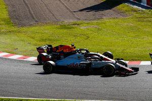Kevin Magnussen, Haas F1 Team VF-18, battles with Daniel Ricciardo, Red Bull Racing RB14