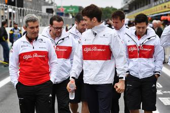 Charles Leclerc, Sauber camina por el circuito con Xevi Pujolar, Sauber jefe de ingenieros