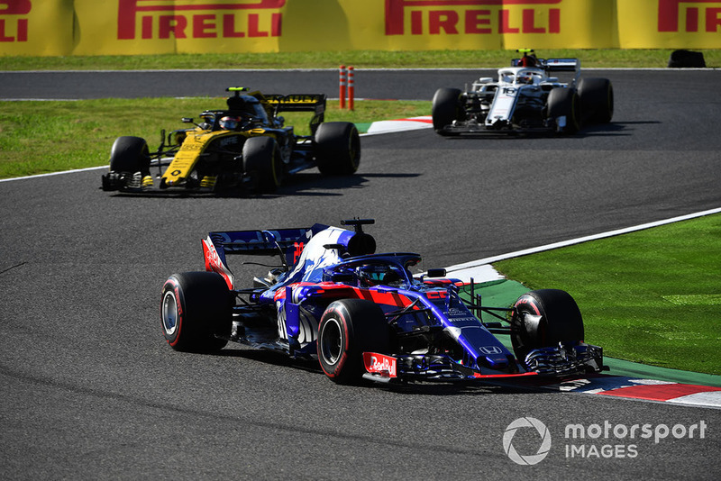 Brendon Hartley, Scuderia Toro Rosso STR13 leads Carlos Sainz Jr., Renault Sport F1 Team R.S. 18 and Charles Leclerc, Sauber C37