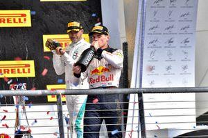 Podio: segundo lugar Max Verstappen, Red Bull Racing, y tercer lugar Lewis Hamilton, Mercedes AMG F1